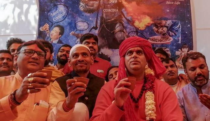 Hinduisti u Indiji piju urin krave, vjeruju da će ih spasiti od koronavirusa