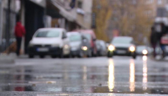 Na putevima u BiH saobraća se po mokrom kolovozu