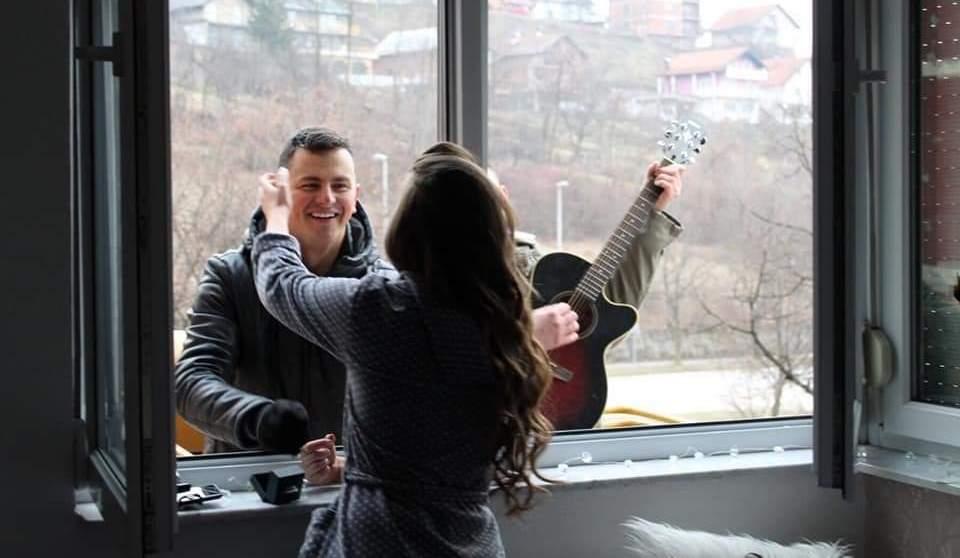 Nesvakidašnja prosidba u Zenici: Na dizalici s tamburašima zaprosio djevojku probudivši je kroz prozor (FOTO)