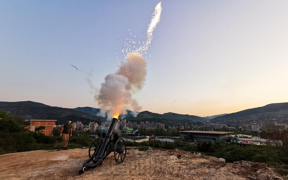 Topovskim pucnjem u Zenici večeras označen kraj mjeseca Ramazana (VIDEO)
