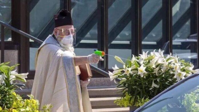 Svećenik pištoljem na vodu dijelio blagoslov