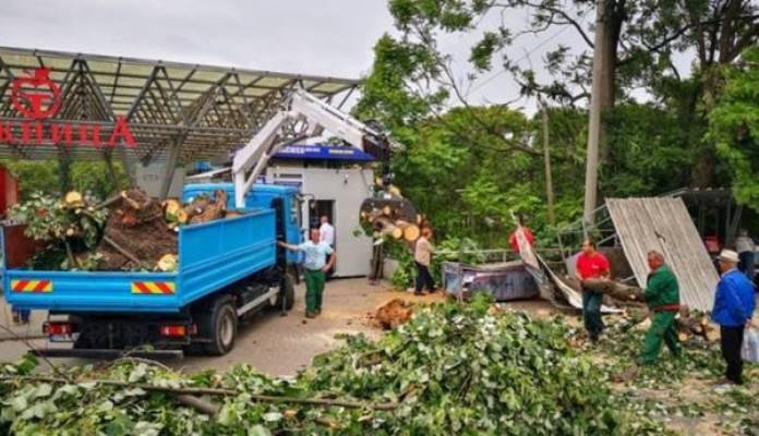 Nevrijeme u Banjoj Luci napravilo haos: Padalo drveće, oštećen auto