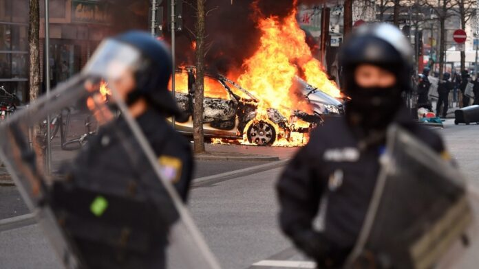 Više hiljada ljudi na trgu, policija napadnuta flašama, uhapšeno 39 osoba