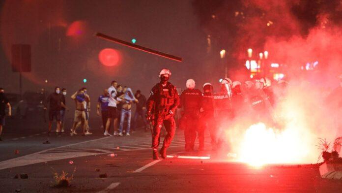 Policija uz primjenu sile rastjerala demonstrante u Beogradu