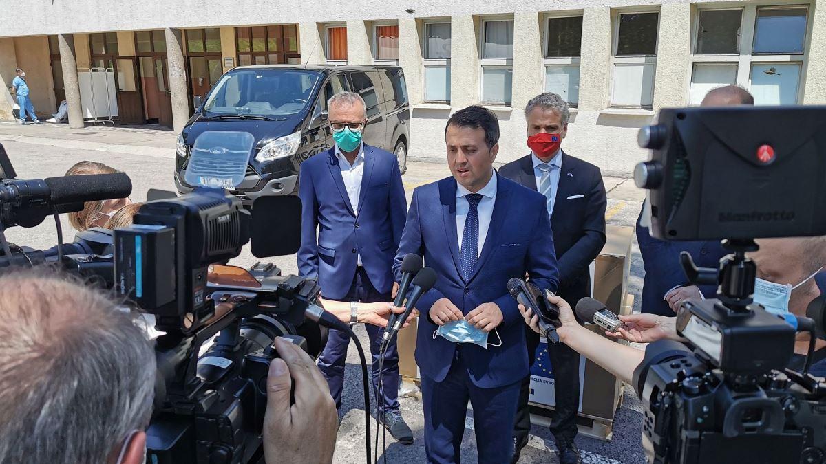 Ambasador Sattler uručio dva respiratora Kantonalnoj bolnici Zenica