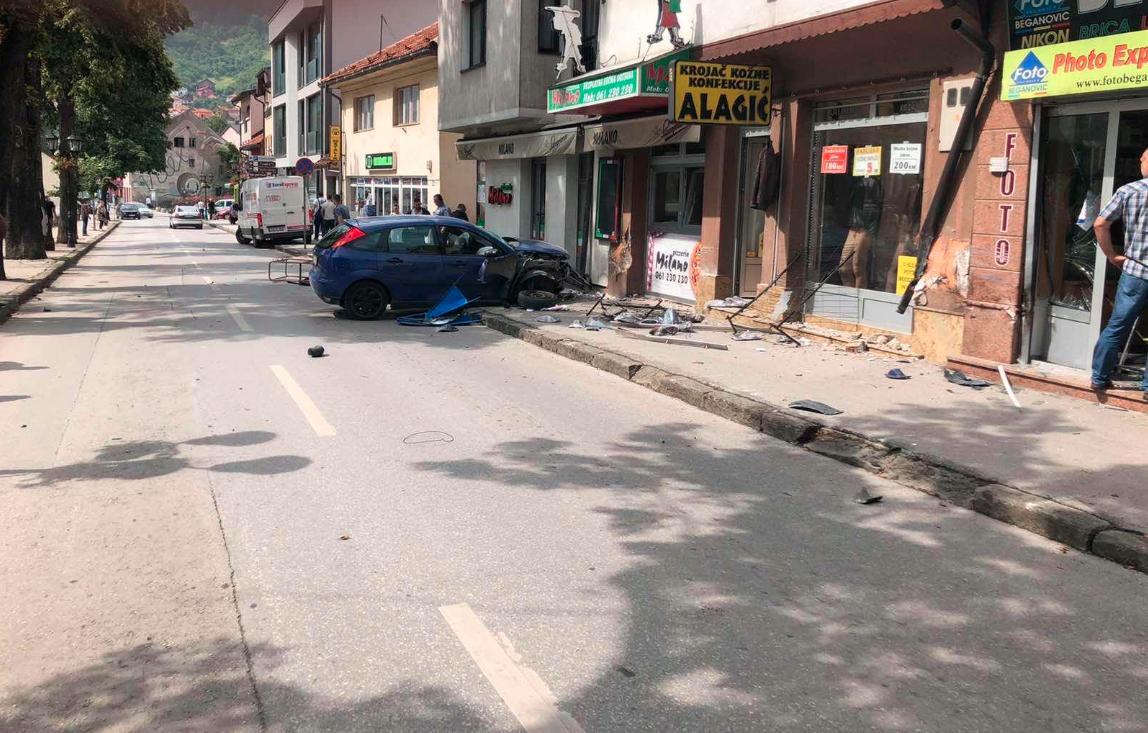 Bježao od policije pa vozilom polupao tri izloga