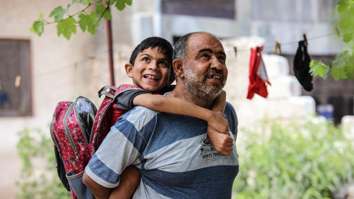 Sirijac svaki dan nosi sina na leđima do škole