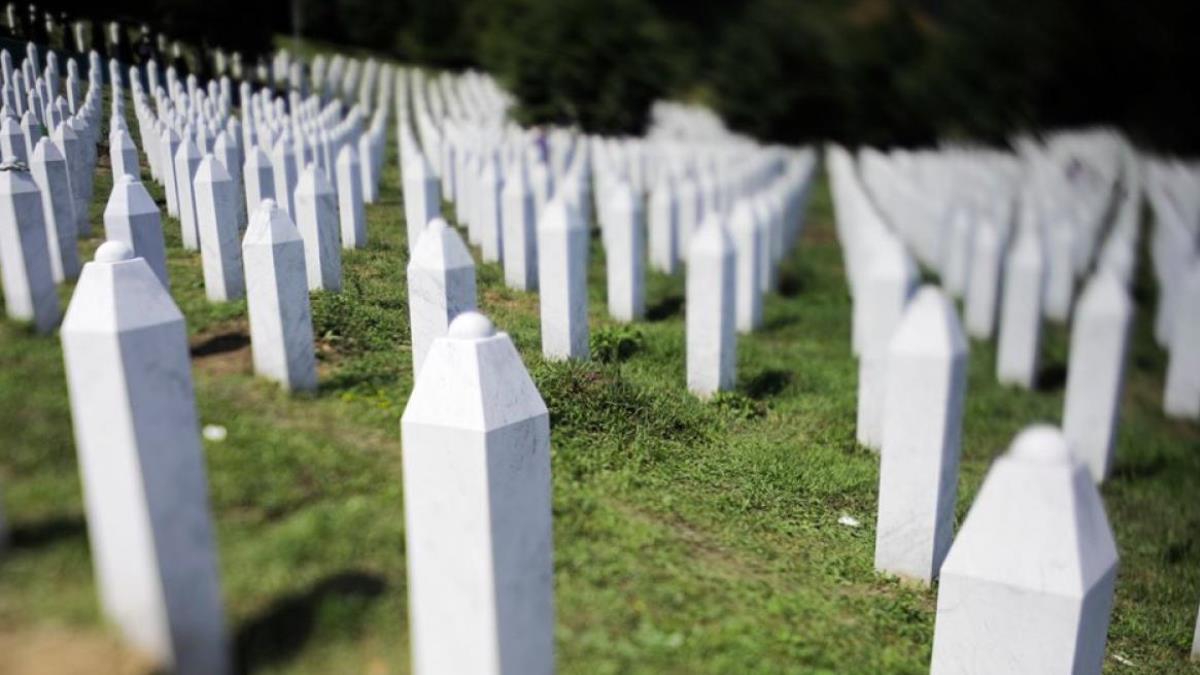 Bijeli nišani ostali u tišini da svjedoče o strahotama genocida u Srebrenici