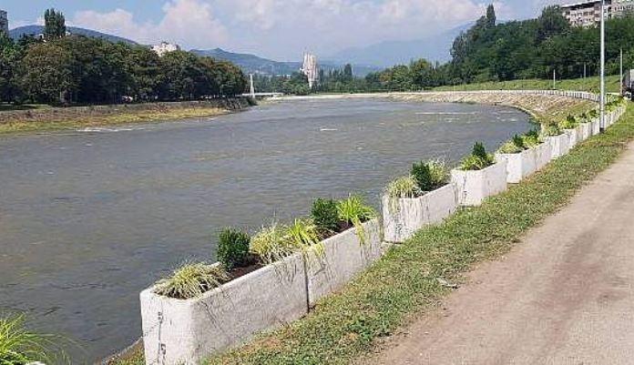 Počela sadnja ukrasnog bilja u betonske žardinjere na obali rijeke Bosne u Zenici