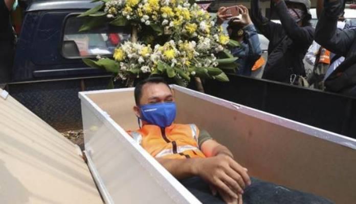 Ko neće da nosi masku, plaća kaznu ili mora da leži minut u mrtvačkom kovčegu