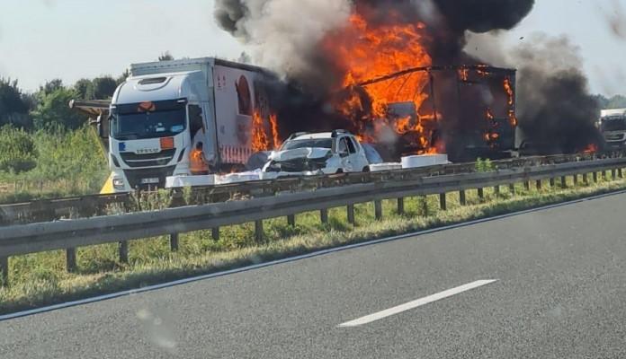 Lančani sudar na autoputu kod Zagreba, gore dva kamiona, poginula jedna osoba (VIDEO)