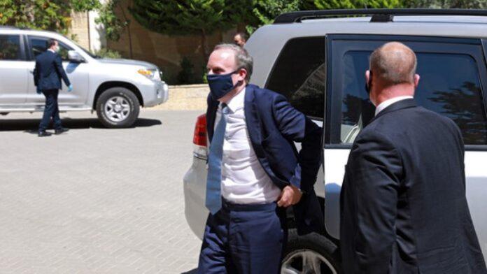 Tjelohranitelj britanskog ministra vanjskih poslova zaboravio pištolj u avionu