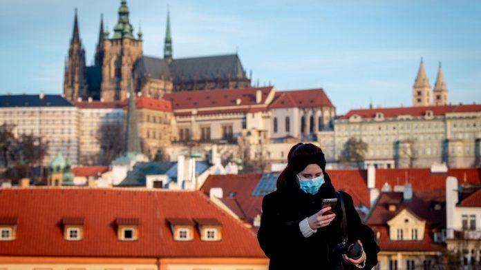 Češka ponovo zatvara barove i škole