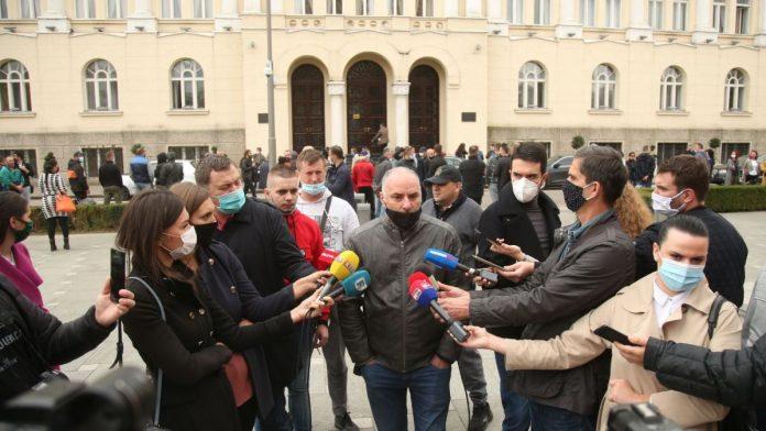 Protesti u Banja Luci: Nezadovoljni građani traže da se djeca vrate u škole i da se produži radno vrijeme kafanama