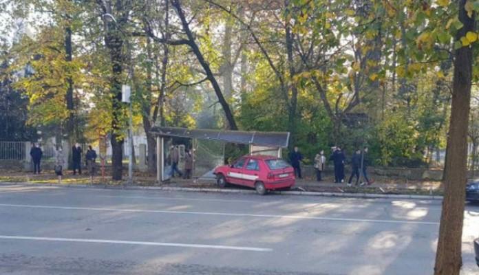 Autom uletio u autobusko stajalište u Banjaluci, povrijeđena žena