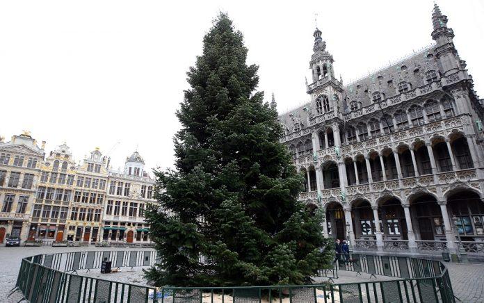 U susret praznicima u Briselu postavljena jelka od 18 metara