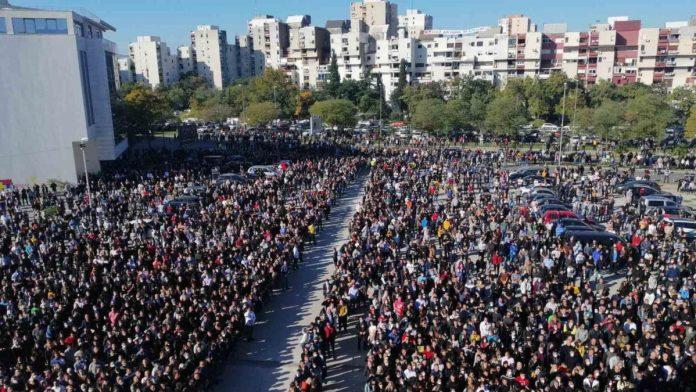 Masovno kršenje mjera protiv korone tokom sahrane Amfilohija