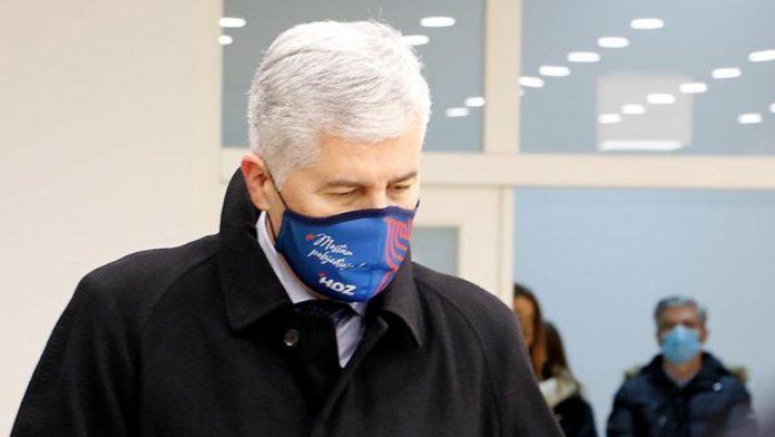 Dragan Čović prekršio Izborni zakon, sa stranačkim obilježjima na biračkom mjestu