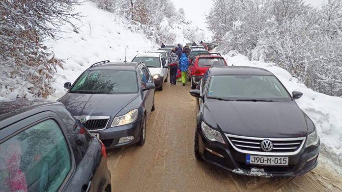 Gužve na putevima prema ski centrima i zimskim izletištima u BiH