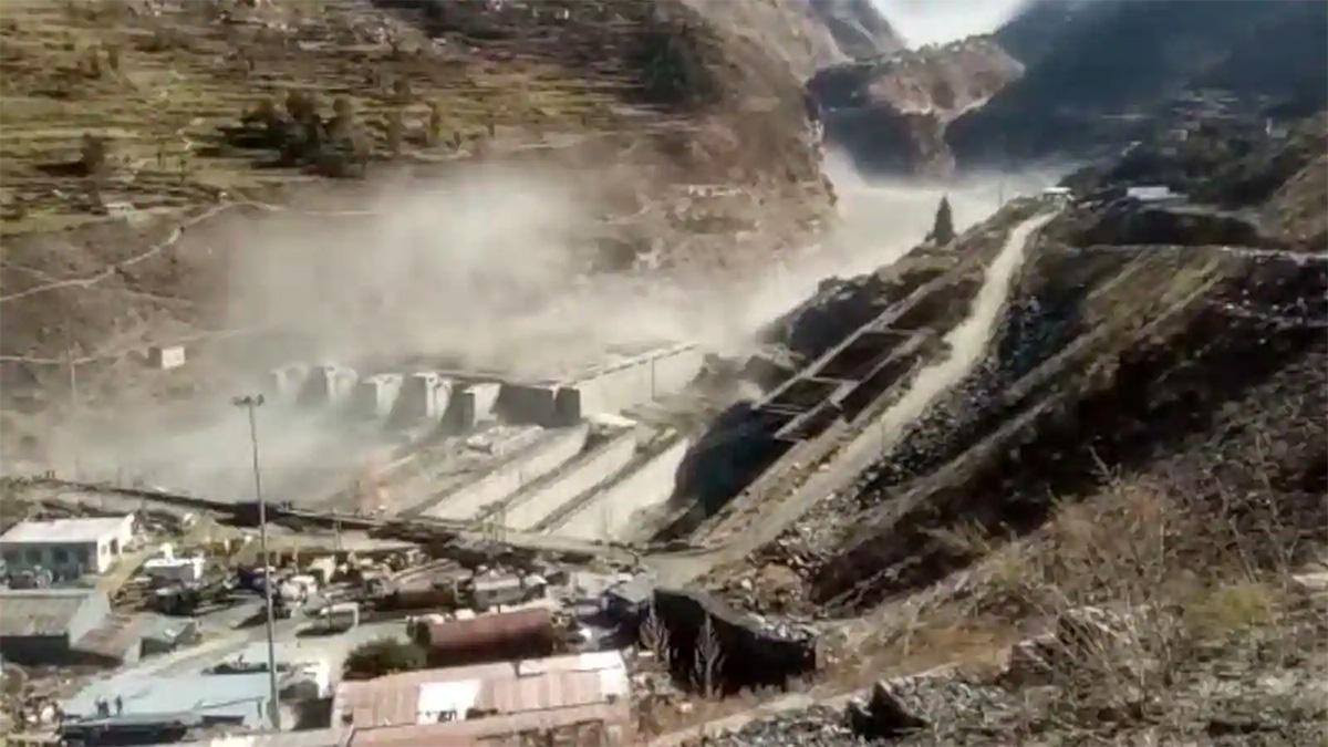 U Indiji ledenjak se odlomio, odnio hidroeletranu i ubio između 100 i 150 ljudi (VIDEO)