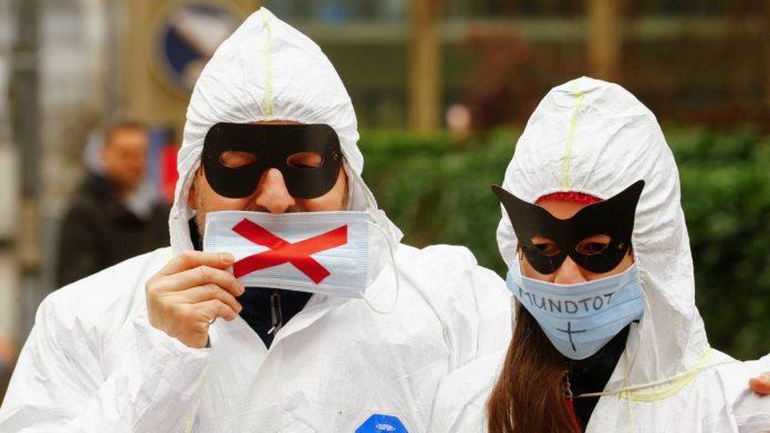 Švicarci prosvjedovali protiv mjera u zaštitnim odijelima: 'Nošenje maske je ropstvo!'