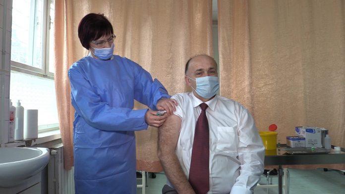 Ministar Adnan Jupić primio prvu dozu vakcine protiv virusa covid-19