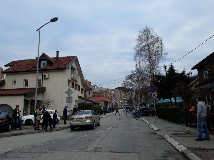 Vozač audija udario u banderu u Štrosmajerovoj ulici u Zenici, automobil se zapalio