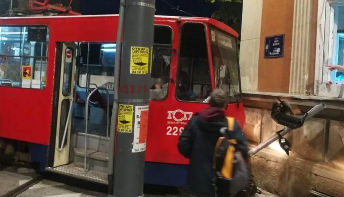U Beogradu tramvaj iskočio iz šina i udario u zgradu