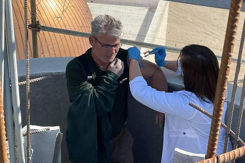 Bosanac u Americi primio vakcinu na vrhu munare koju gradi