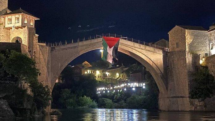 Mostarci uprkos protivljenju gradonačelnika veliku zastavu Palestine okačili na Stari most