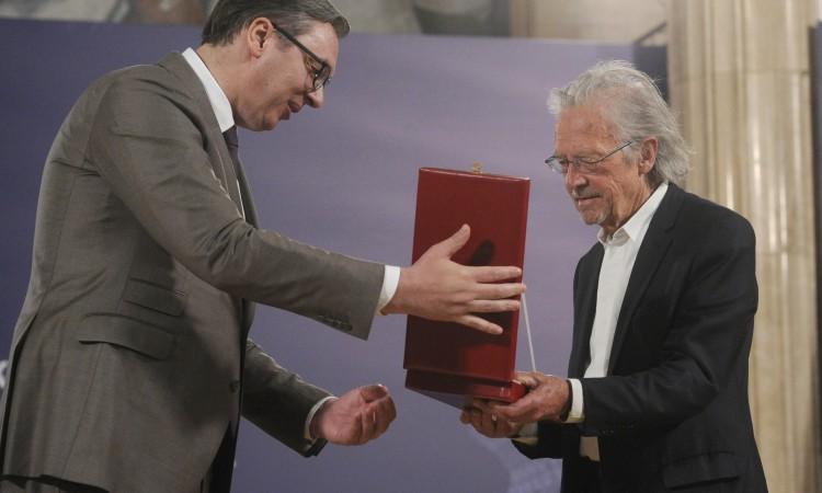 Vučić uručio Handkeu visoko državno odličje Srbije