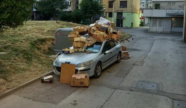 Auto zatrpano smećem