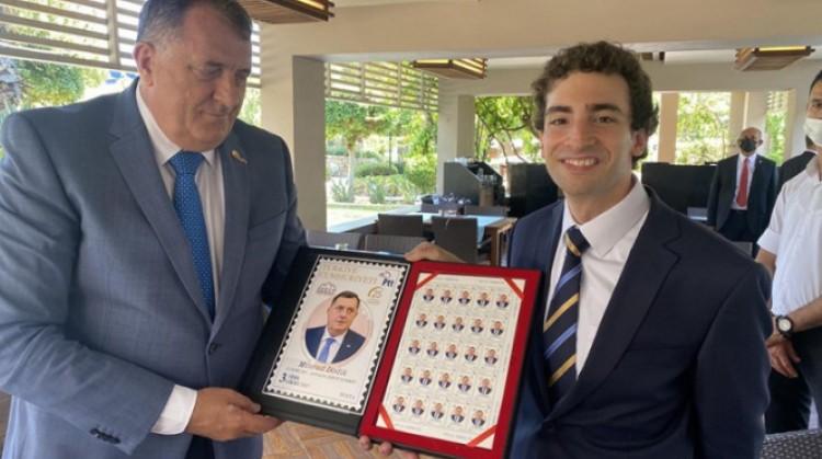 Dodik dobio poštanske marke sa svojim likom