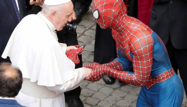 Spiderman Se Rukovao S Papom Franjom Papa S 60d45ad661d35