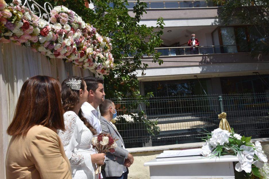 Vjenčanje u pandemiji: Načelnik u izolaciji sa balkona vjenčao mladi par