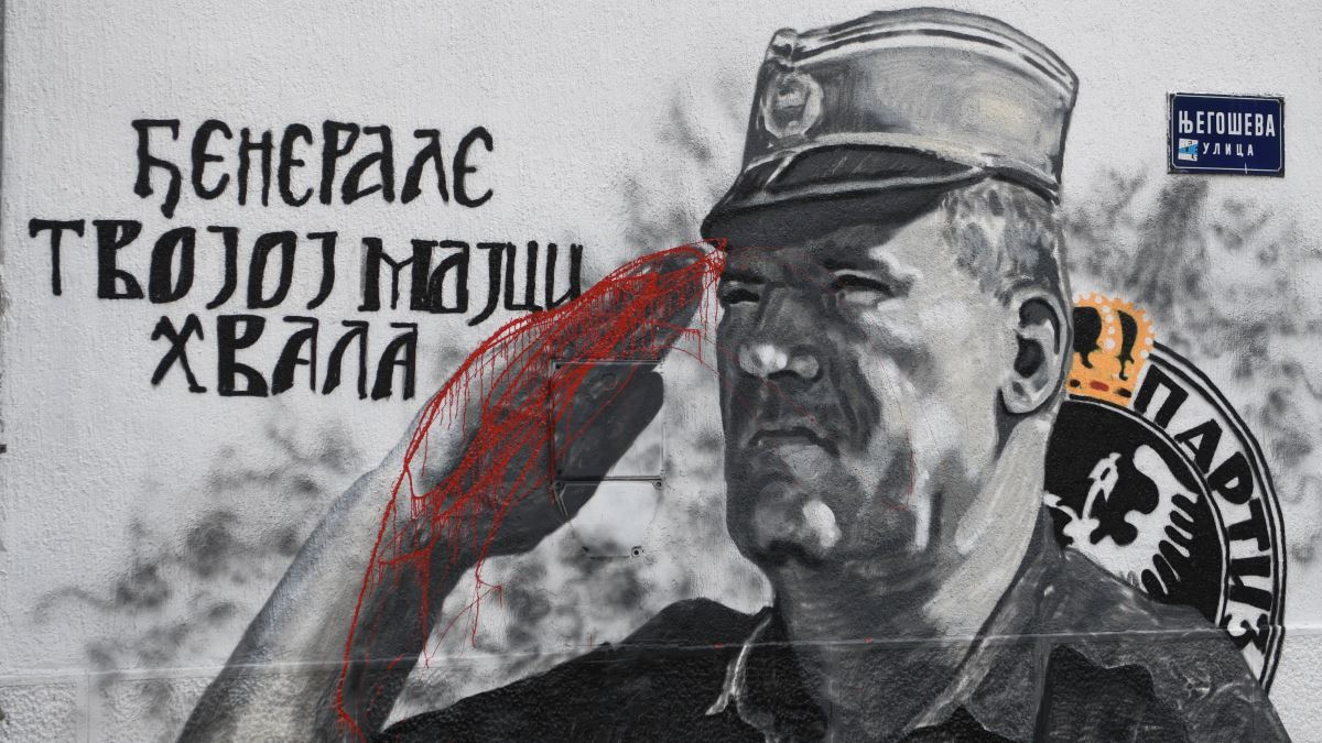 U centru Beograda: Krv na rukama ratnog zločinca Ratka Mladića docrtana na muralu
