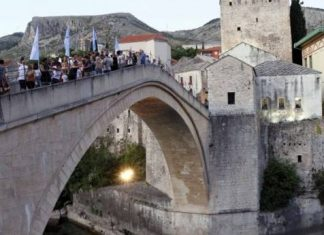 Skokom Bez Aplauza Obiljezena Godisnjica Genocida U Srebrenici Stari Most 12 60eacf01ecf4e
