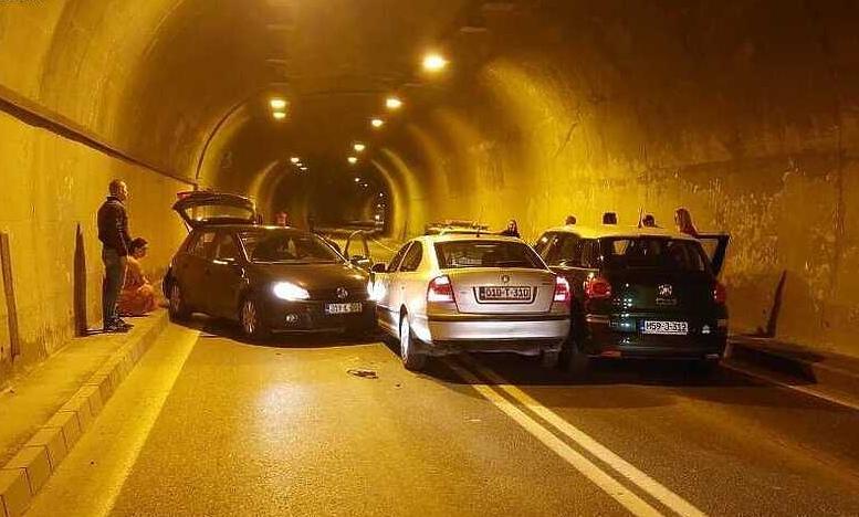 Tri automobila se sudarila u tunelu Vranduk